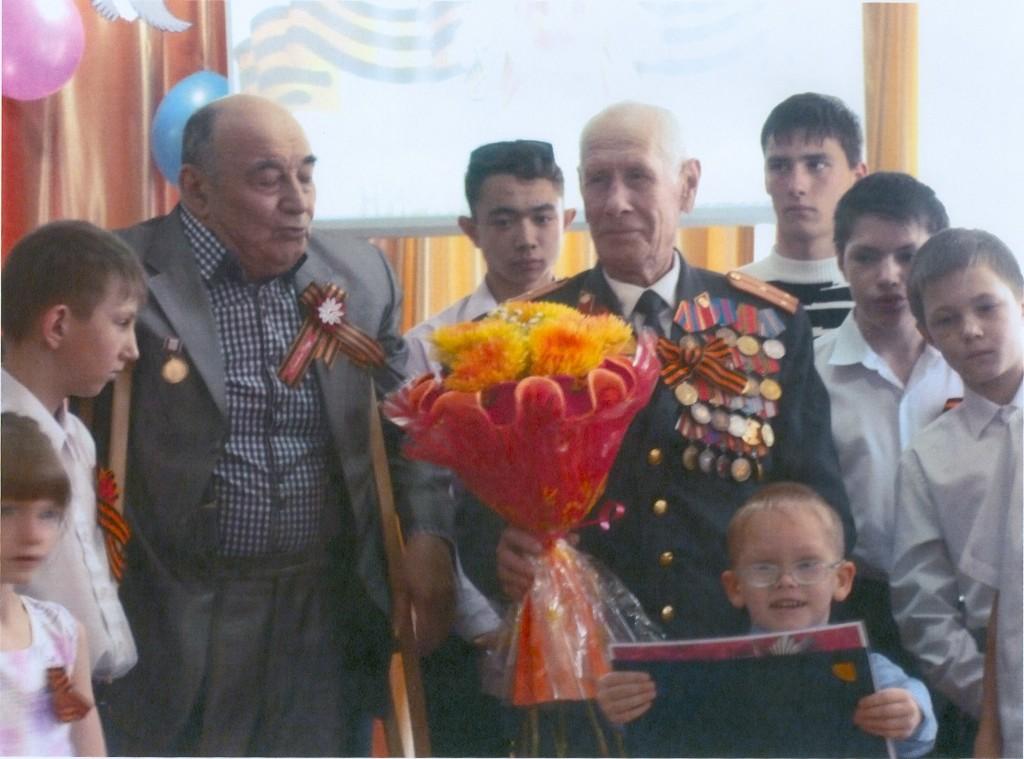 ветеран_Сорокин А.А._подарки и цветы_от воспитанников в честь празднования_День Победы